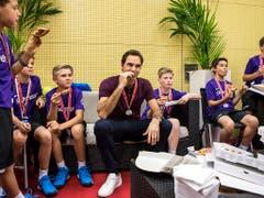 Der Pizza-Plausch mit den Ballkids wurde Federer am Heimturnier zu einer Tradition (Bild: KEYSTONE/ALEXANDRA WEY)