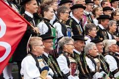 Um die Wette lächeln: Auf der Kirchentreppe formieren sich die Älpler fürs Gruppenbild. (Bild: Edi Ettlin, Stans, 20. Oktober 2019)