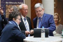 Regierungsrat Paul Winiker und Franz Grüter analysieren die Zwischenresultate. (Bild: Philipp Schmidli, Luzern, 20. Oktober 2019)