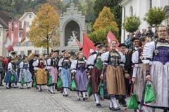 Die Stanser Älpler ziehen bei kühlem Herbstwetter in die Dorfkirche von Stans ein. (Bild: Urs Flüeler/Keystone, Stans, 20. Oktober 2019)