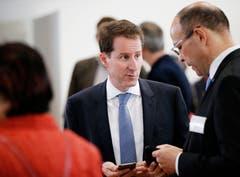 SVP-Nationalrat Thomas Aeschi diskutiert mit Landschreiber Tobias Moser (rechts). (Bild: Stefan Kaiser, Zug, 20. Oktober 2019)