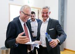 Ständerat Peter Hegglin und Ständeratskandidat Matthias Michel lachen für die Kamera. (Bild: Stefan Kaiser, Zug, 20. Oktober 2019)