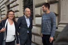 Vor dem Regierungsgebäude: Michèle Graber mit Roland Fischer, beide GLP.(Bild: Eveline Beerkircher, Luzern, 20. Oktober 2019)