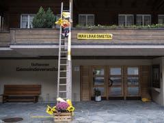 Der Föhnsturm hat das Wahlbarometer vor der Gemeindeverwaltung Guttannen zerzaust. (Bild: KEYSTONE/PETER SCHNEIDER)
