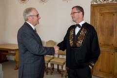 Alois Bissig (links) gratuliert Peter Keller zur Wiederwahl in den Nationalrat. (Bild: André A. Niederberger, Stans, 20. Oktober 2019)