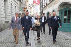 Damian Müller und Andrea Gmür (Mitte) begleitet von ihren Parteipräsidenten unterwegs ins Luzerner Regierungsgebäude. (Bild: Philipp Schmidli, Luzern, 20. Oktober 2019)