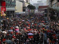 In Hongkong haben wieder Zehntausende Menschen gegen die Regierung protestiert. In einem angen Marsch zogen sie friedlich durch den Stadtteil Kowloon. (Bild: Keystone/AP/KIN CHEUNG)