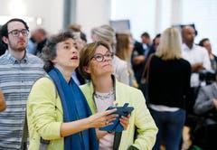 Ständeratskandidatin Tabea Zimmermann (ALG) und ALG-Vize-Präsidentin Esther Haas verfolgen gespannt die Resultate. (Bild: Stefan Kaiser, Zug, 20. Oktober 2019)