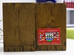 Auch in Schelten wartet eine Hölzerne Urne darauf, mit Wahlzetteln gefüttert zu werden. (Bild: KEYSTONE/ANTHONY ANEX)