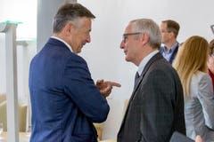 Austausch unter langjährigen Bekannten: Ständerat Hans Wicki (links) mit dem überparteilichen Nationalratskandidaten und früheren Regierungsratskollegen Alois Bissig. (Bild:André A. Niederberger, Stans 20. Oktober 2019)