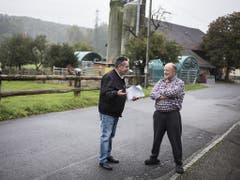 Ruedi Reber (rechts) diskutiert mit Gemeindepräsident Jürg Truog, nachdem er als letzter Wähler von Clavaleyres seine Stimme abgegeben hat. (Bild: KEYSTONE/ALESSANDRO DELLA VALLE)