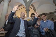 Der neu gewählte Luzerner Nationalrat Roland Fischer (GLP) jubelt. (KEYSTONE/Urs Flüeler)