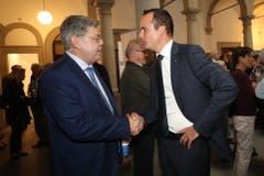 Felix Grüter (SVP) gratuliert Damian Müller (FDP) zur Wiederwahl in den Ständerat. (Bild: Philipp Schmidli, Luzern, 20. Oktober 2019)