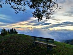 Herrliche Morgenstimmung mit einem Nebel-, Wolken- und Sonnenspektakel. (Bild: Urs Gutfleisch, Holderchäppeli, 20. Oktober 2019)