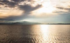 Die Sonne kämpft mit den Wolken über dem Zugersee. (Bild: Daniel Hegglin, Zug, 19. Oktober 2019)