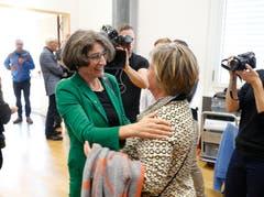 Stadträtin Vroni Straub gratuliert der neu gewählten Nationalrätin Manuela Weichelt-Picard (Alternative - die Grünen).(Bild: Stefan Kaiser, Zug, 20. Oktober 2019)