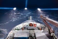 Das Forschungsschiff Polarstern navigiert in der Nacht durch das Eis. (Bild: Stefan Hendricks / Alfred-Wegener-Institut, Antarktis, 29. September 2013)