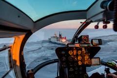 Blick aus dem Helikopter: Polarstern bei seiner Fahrt durch das Meereis. (Bild: Stefan Hendricks / Alfred-Wegener-Institut, Antarktis, 30. August 2015)