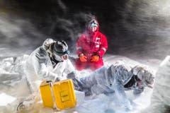 Ein Schneesturm hält sie nicht auf: In der Arktis untersuchen Forscher das Meereis. (Bild: Stefan Hendricks, Alfred-Wegener-Institut, 29. September 2013)