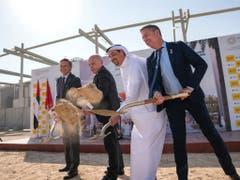 Schaufeln für den Schweizer Pavillon der Weltausstellung Expo 2020 vom kommenden Jahr in Dubai. (Bild: @SwissEmbassyUAE @efd_dff)