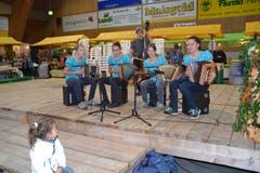 Die junge Formation «Stampfebächler» aus Krummenau begeistert mit ihrem Auftritt. (Bild: Adi Lippuner)