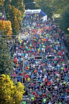 Start zum Swiss City Marathon beim Verkehrshaus. (Bild: Gabriel Kaspar, Luzern,27. Oktober 2019))