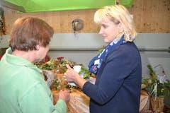 OK-Präsidentin und Floristin Sybille Kläger (rechts) erklärt einer Kundin, wie das Blumengesteck gepflegt werden soll. (Bild: Adi Lippuner)
