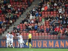 Zum Mann des Spiels avanciert für den FCZ im Klassiker aber ein anderer Neuer: Aiyegun Tosin darf sich feiern lassen (Bild: KEYSTONE/ENNIO LEANZA)