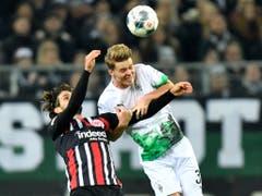 Nico Elvedi erzielte mit dem Kopf das 3:1 für Mönchengladbach gegen Frankfurt (Bild: KEYSTONE/AP/MARTIN MEISSNER)