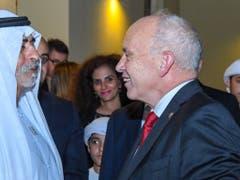 Händeschütteln und freundlich lächeln: Bundespräsident Ueli Maurer am Empfang in der Schweizer Botschaft in Abu Dhabi. (Bild: @SwissEmbassyUAE @efd_dff)