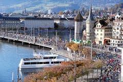 Blick auf den Schwanenplatz und die Seebrücke. (Bild: Andy Mettler/swiss-image, Luzern, 27. Oktober 2019)
