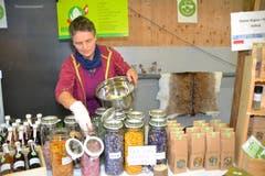 Regina Steiner vom Hoffeld bietet Bio-Blüten und Kräuter zur Herstellung eigener Teemischungen an. (Bild: Adi Lippuner)