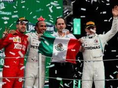 Hamilton setzte sich in Mexiko City vor Ferrari-Fahrer Sebastian Vettel (ganz links) und seinem Mercedes Teamkollegen Valtteri Bottas (ganz rechts) durch (Bild: KEYSTONE/EPA EFE/JOSE MENDEZ)