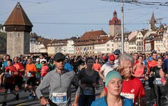 Das Marathonfeld bewegt sich über die Seebrücke. (Bild: Andy Mettler/swiss-image, Luzern, 27. Oktober 2019)