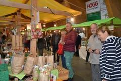 Gut Gelaunte Besucherinnen und Besucher am Bauernmarkt in der Toggenburger Markthalle. (Bild: Adi Lippuner)