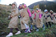 Die Woldmanndli waren lautstark vom Gurschenwald ins Dorf unterwegs. (Bild: Urs Hanhart, Andermatt, 26. Oktober 2019)