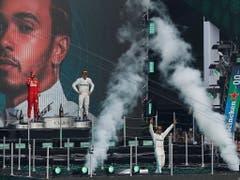 Trotz Riesen-Show bei der Siegerehrung, zu seinem 6. WM Titel in der Formel 1 hat es Hamilton noch nicht ganz gereicht. Dem Briten fehlen vor den letzten drei Rennen vier Punkte (Bild: KEYSTONE/EPA EFE/JOSE MENDEZ)