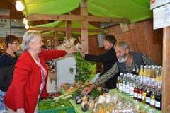 Am Stand von Andrea und Andreas Hässig aus Oberhelfenschwil gibt es Obst, Gemüse und Hochprozentiges. (Bild: Adi Lippuner)