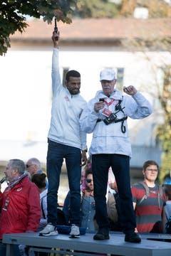 Tadesse Abraham gibt den Startschuss zum Swiss City Marathon. (Bild: Corinne Glanzmann, Luzern, 27. Oktober 2019)