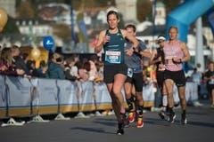 Melina Frei kurz vor dem KKL auf dem Weg zum Sieg im Halbmarathon. (Bild: Dominik Wunderli, Luzern, 27. Oktober 2019)