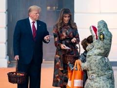Vor US-Präsident Donald Trump und seiner Frau Melania erschienen im Weissen Haus am Montag zahlreiche Kinder in Kostümen. (Bild: KEYSTONE/EPA/MICHAEL REYNOLDS)
