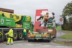 Mit Pneukran und Sattelschlepper wurde die Skulptur transportiert. (Bild: Maria Schmid, Zug, 30. Oktober 2019)