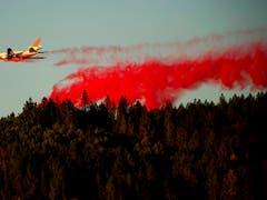 Ein Flugzeug wirft zur Bekämpfung des «Kincade»-Feuers im Weinbaugebiet nördlich von San Francisco flammenhemmende Mittel ab. (Bild vom 29. Oktober) (Bild: KEYSTONE/FR34727 AP/NOAH BERGER)
