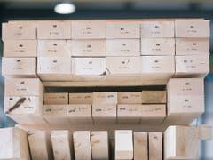 Wer in der Holzbaubranche arbeitet, kann ab nächstem Jahr mit mehr Lohn rechnen. Für viele Angestellte verbessern sich die Leistungen. (Bild: KEYSTONE/CHRISTIAN BEUTLER)