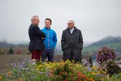 Esaf-OK-Präsident Heinz Tännler, Bildhauer Stephan Schmidlin und Toni Calabretti von der Beisheim Holding warten auf die Statue. (Bild: Maria Schmid, Zug, 30. Oktober 2019)