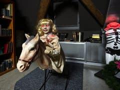 Eine gruselige Puppe wippt wortlos auf einem Schaukelpferd vor und zurück im neuen Geisterhaus des historischen Museums. (Bild: KEYSTONE/ALEXANDRA WEY)