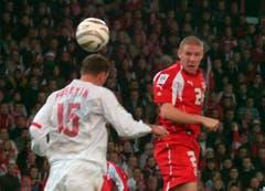 """12. November 2005, Bern. Barrage zur WM-Qualifikation gegen die Türkei (2:0). """"Das war mein erstes Playoff überhaupt. Aber in diesem Moment habe ich nicht zu viel überlegt. Ich ging aufs Feld und machte meine Arbeit. Die Energie im Stadion war grossartig. Aber vor dem Spiel wurde sehr viel Druck aufgebaut, weil die Schweiz seit 1994 nie mehr an einer WM war. Aber die Energie im Stadion war grossartig. Auch in der Garderobe habe ich viel Druck gespürt. Aber mir gelang es, vielleicht auch, weil ich noch sehr jung war, all das auszublenden. Ach ja, da habe ich auch eines meiner seltenen Tore erzielt."""" (Bild: Keystone)"""