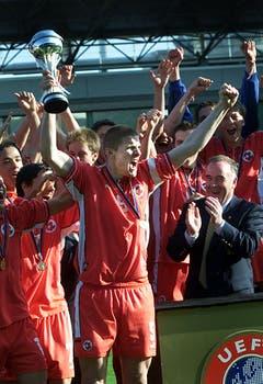 """10. Mai 2002, Kopenhagen. Die Schweiz wird mit Captain Philippe Senderos U17-Europameister. """"Das war ein sehr spezieller Moment. Der erste Titel überhaupt für eine Schweizer Auswahl. Ich durfte schon ein Jahr zuvor mit der U17 an die EM. Doch da war vieles schief gelaufen. Nach drei Gruppenspielen waren wir draussen. In diesem Moment habe ich mir geschworen: Ein Jahr später komme ich mit meinem Jahrgang wieder und wir räumen alle aus dem Weg. Wir hatten 2002 eine wirklich spezielle Mannschaft. Keine Sorgen, keine Probleme, keine Angst. Einen solchen Groove habe ich nie mehr erlebt in einem Team."""" (Bild: Keystone)"""