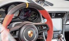 Edel: das Interieur eines Sportwagens. Bild: Frank Ratening.