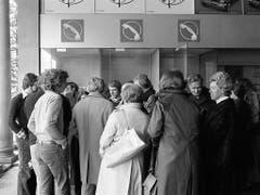 Das waren noch Zeiten: Andrang vor den Telefonkabinen im Bahnhof Airolo am 8. April 1975. (Bild: KEYSTONE/STR)